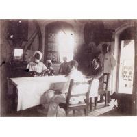 Le-roi-Njoya-et-des-Europeens-assis-autour-d-une-table-dans-le-palais;id=5407,w=200,h=200
